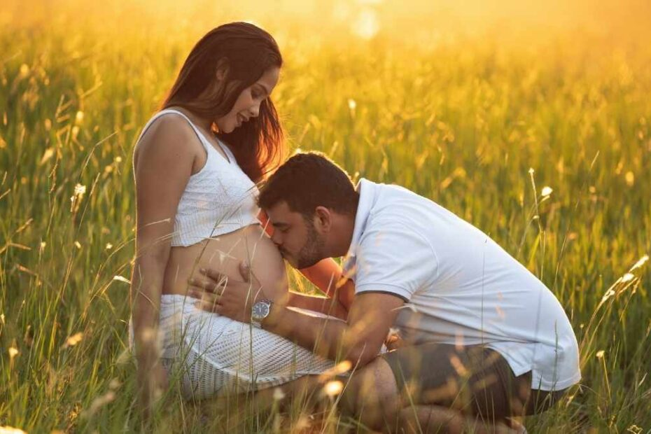 dad kissing pregnant belly bonding with unborn baby